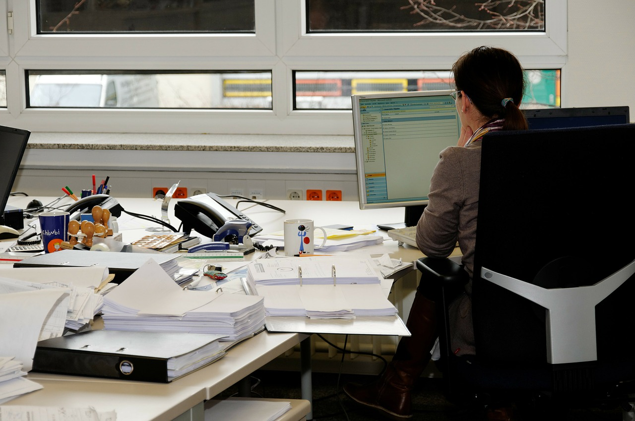 Bedrijfsgezondheid verbeteren door andere manier van werken mnt diverse bureaus en bureaustoelen